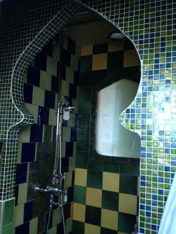 Salle de douche orientale au pied de l'échelle
