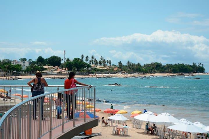 Frente a Praia da Sereia de Itapuã