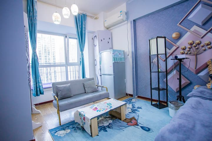 [温馨]欧式轻奢主题大床、房百寸投影仪, 长租特惠。
