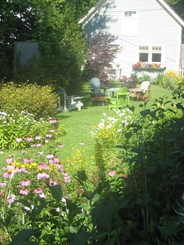 Charming Carriage House Just Steps from Downtown - Saint Andrews - Guesthouse