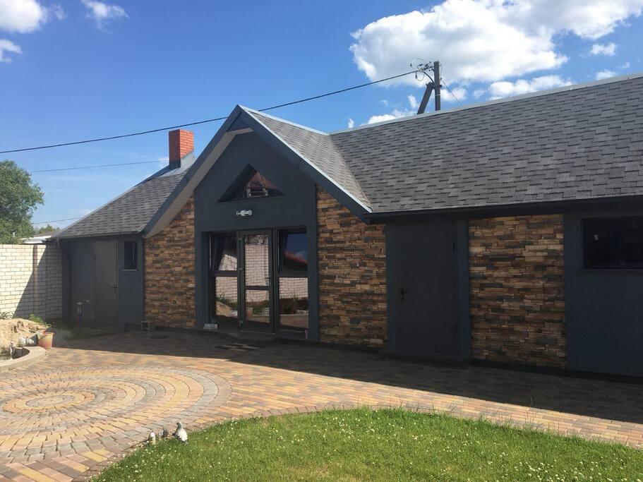 Этот дом используется, как летняя кухня, сауна и гараж. Левая часть - жилая, правая - гараж.