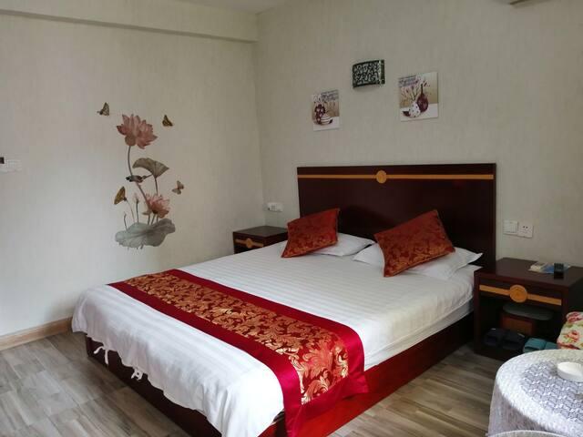 这是大床房,1.8米的床,合适二人住或带一个小孩住,温馨而温暖。