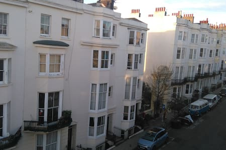 Private entrance to your room in listed building - Hove - Daire