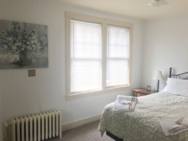 Two Bedroom Private Apt Walking Distance To Lake