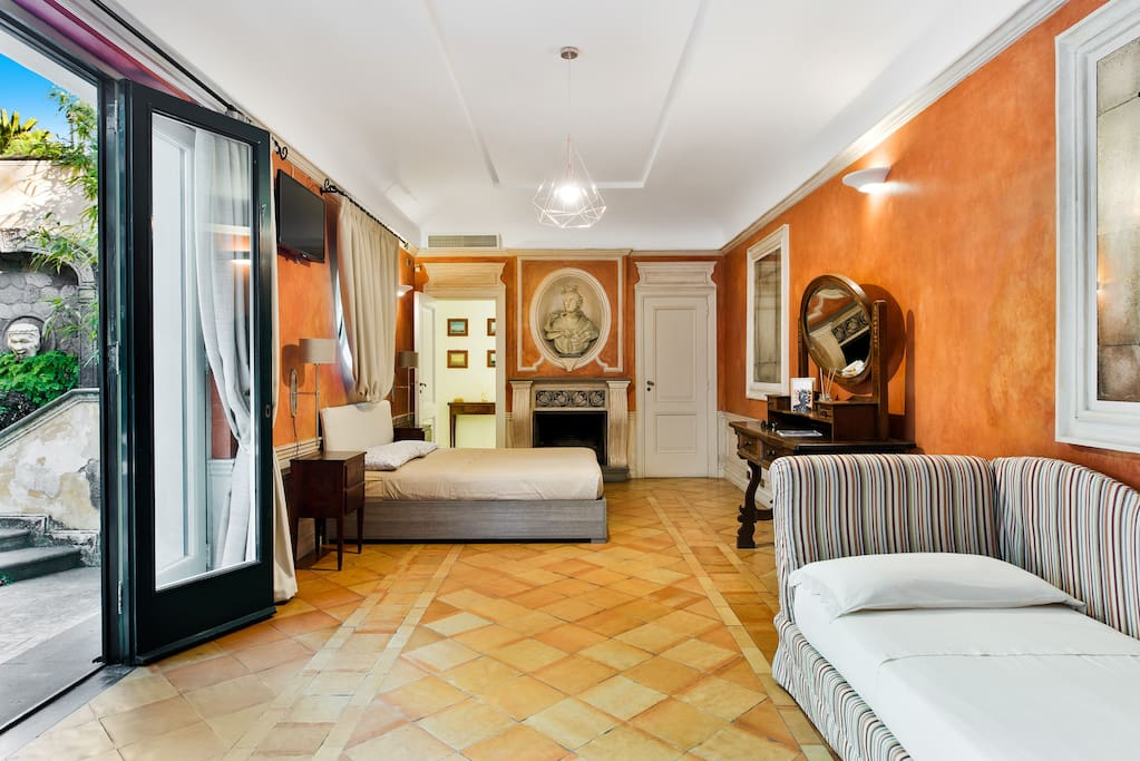 The bedroom Primi Amori can welcome four people.