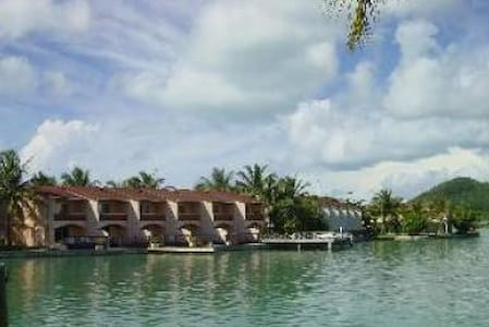 Desirable 2 Bed waterfronted villa - Jolly Harbour - บ้าน