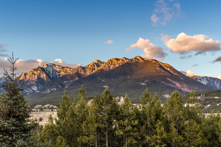 Rocky Mountain View - Retreat in Radium!!!