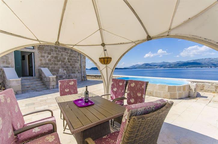 Villa En front de mer, avec cinq chambres à coucher, à Dubrovnik, La piscine ouverte