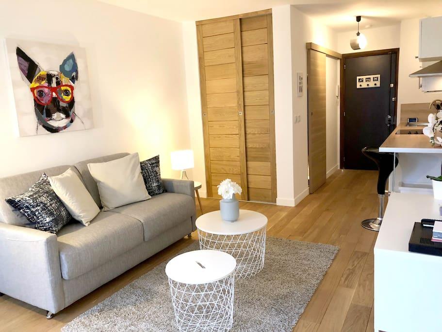 balcony flat champs elys es av arc de triomphe flats. Black Bedroom Furniture Sets. Home Design Ideas