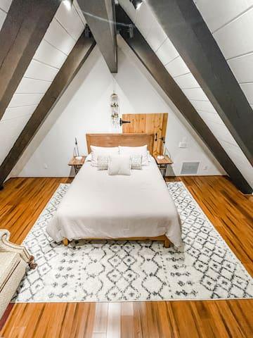 Upstairs sleeping loft: Queen sized bed