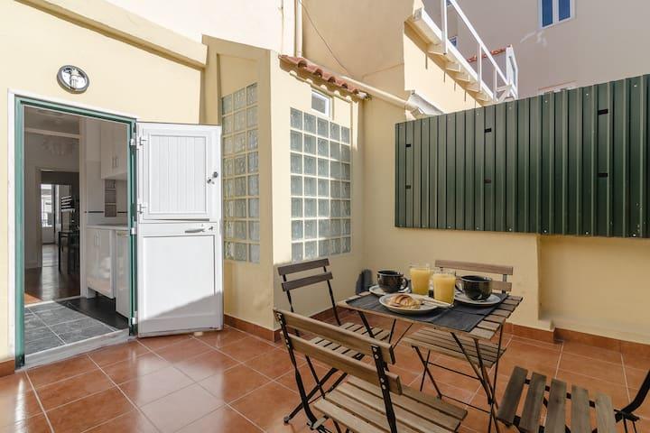 Lapa Meio-apt. w/ terrace between Estrela & Santos