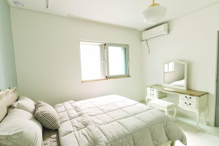 문화공간과 녹지공원이 인접한 주거문화를 체험 할 수 있는 주택의 1층 숙소
