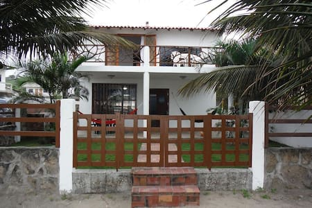Beachfront House and Studio Appartment - บ้าน