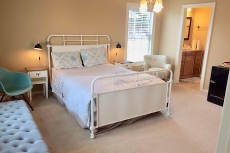 Luxurious & elegant suite with jacuzzi