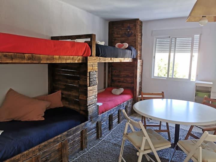 Habitación con 5 camas, a pocos metros de la playa