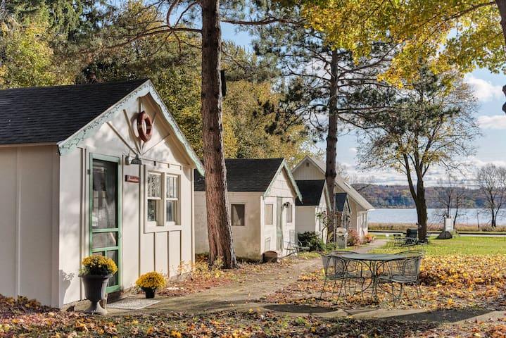 M22 Navigator Cottage | Green Buoy Resort  Onekama