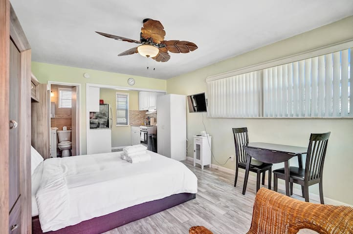 Chic Studio Apt w/pool - Steps to Hollywood Beach!
