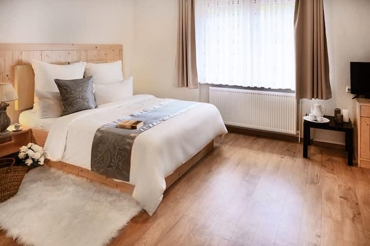neu renoviertes Doppelzimmer mit Frühstück & WLan