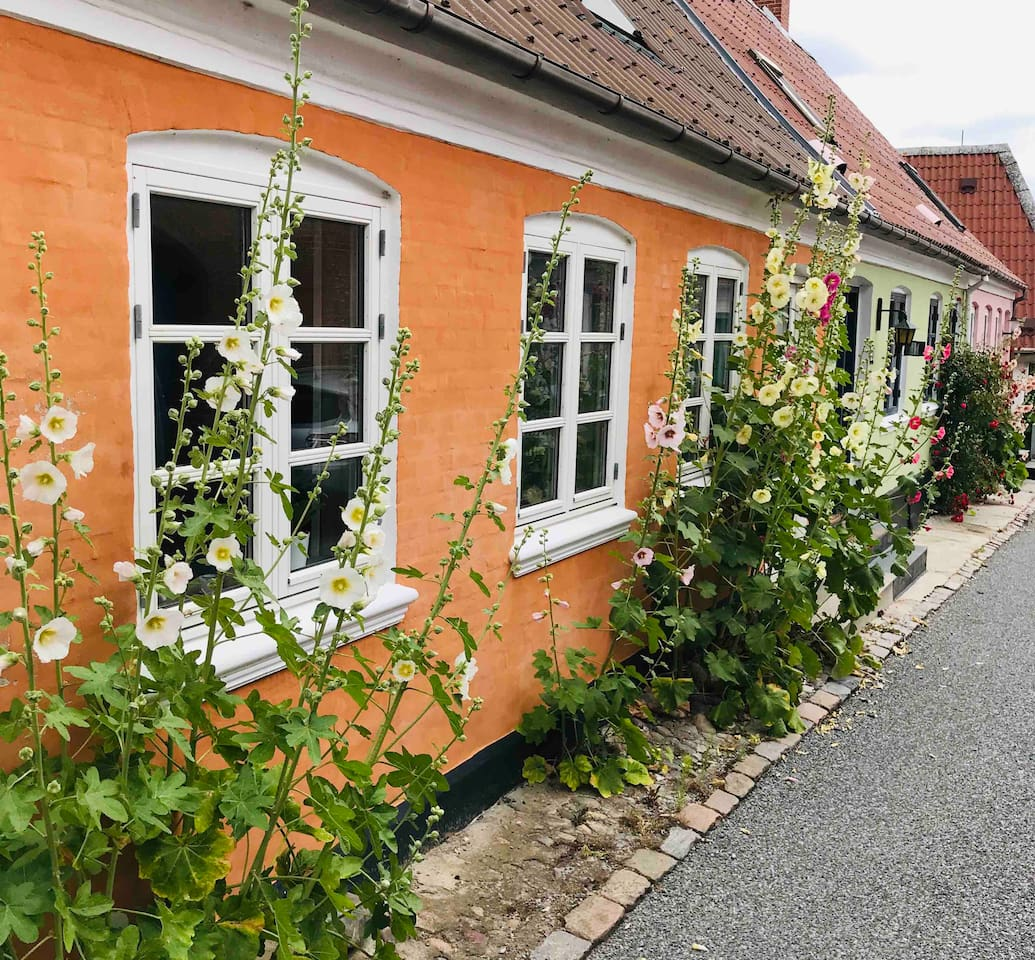 Billede fra forsiden af huset ud til Skippergade, som er en af de flotteste gader i Marstal.