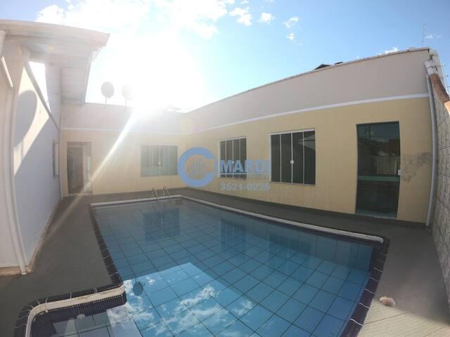 Casa de família, tranquila e com piscina