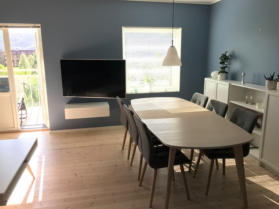 Livingroom with TV and dining table