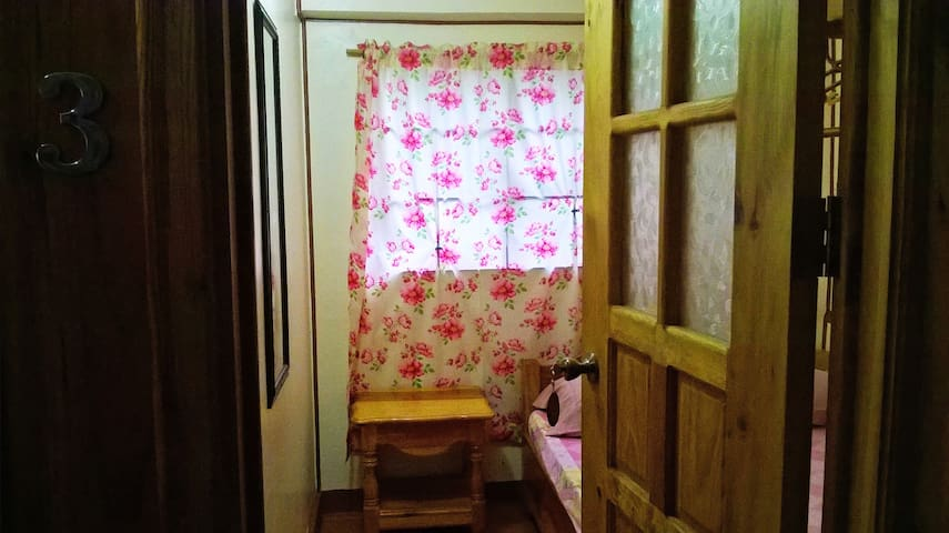 Cozy Pink House, Two's Company room - Sagada - Guesthouse