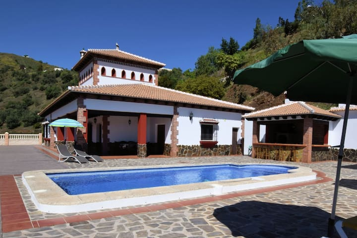 Beautifully located villa with private pool, large Jacuzzi, Wi-Fi and nice views