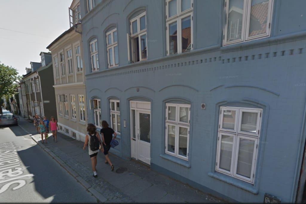 Billede af gaden foran huset