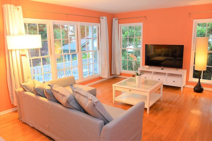 Spacious Designer House w/Balcony Safe &Quiet Area