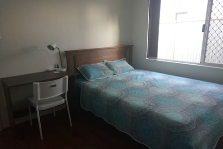 Comfy Queen Room near CBD and Airport