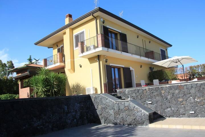 Villetta a Mascalucia, sul fianco dell'Etna