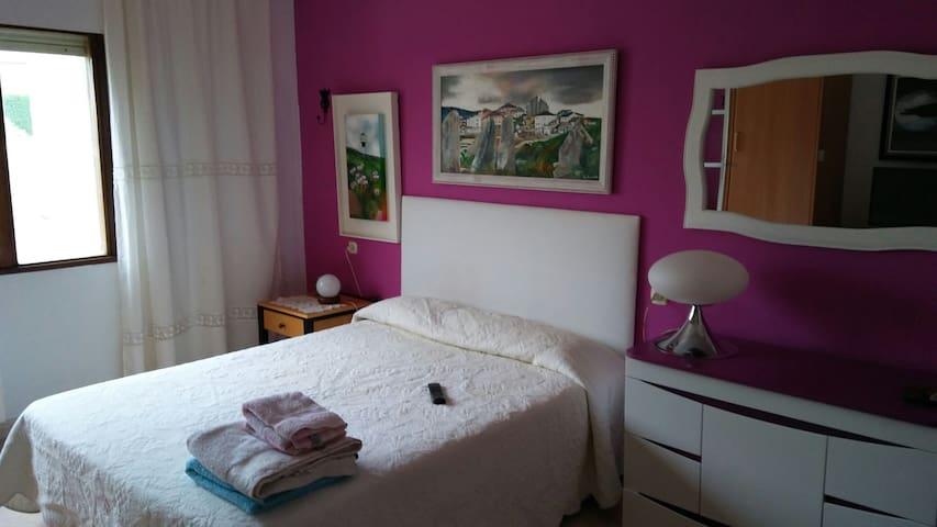 Habitación rosa matrimonio con baño en San Ciprian