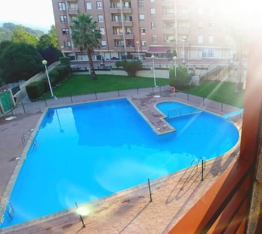 Bonito piso en urbanización con piscina.
