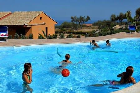 Villa Cattleya 2 con piscina ,10 km da Cefaù - Campofelice di Roccella