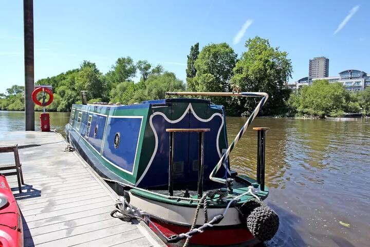 Beautiful narrowboat by RBG Kew Gardens