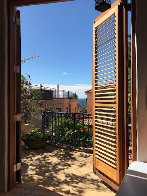 Private balcony with Ocean glimses and 3 min walk to Tamarama Beach