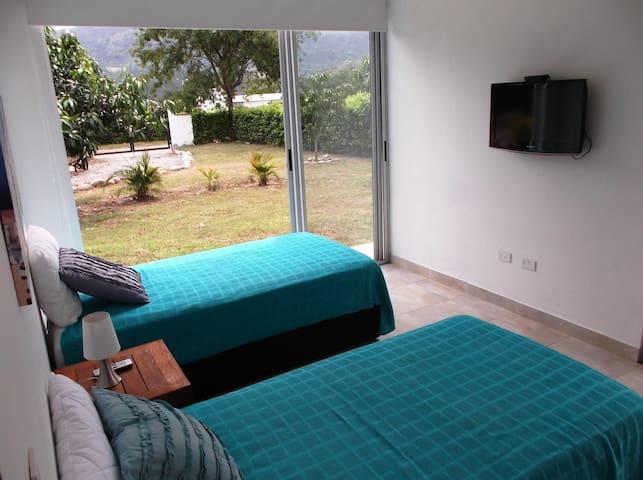 Alcoba 2 con Direct TV y acceso directo al Jardín