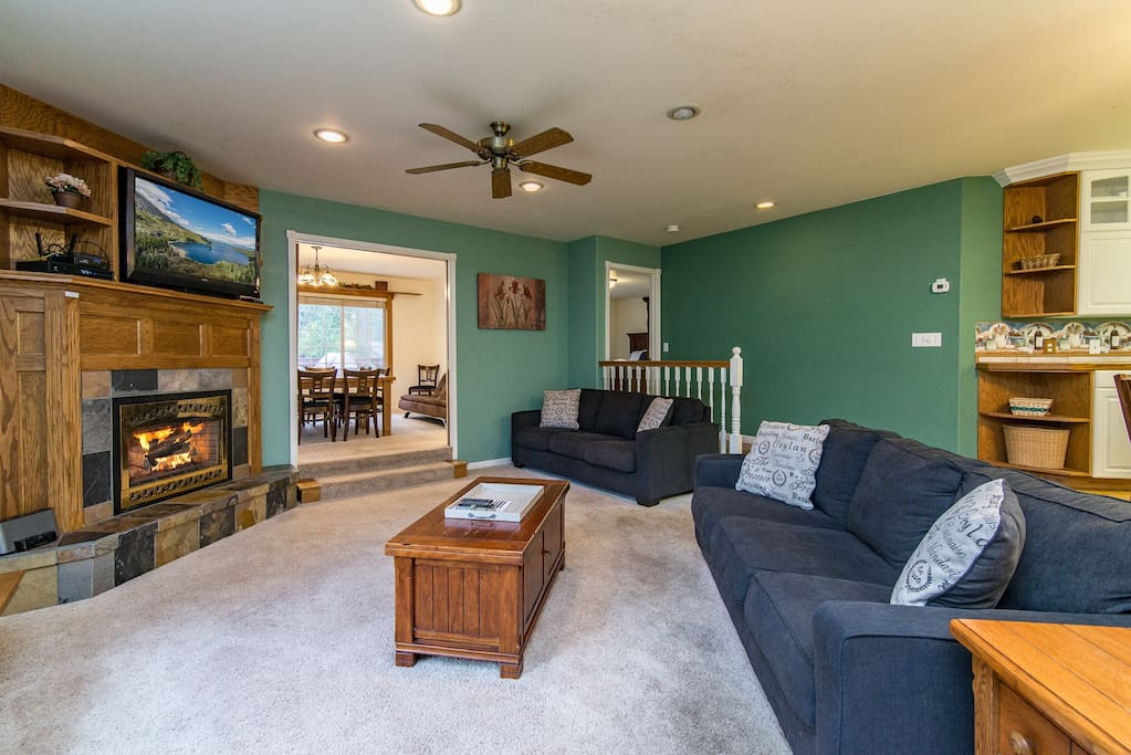 There's a mountain lodge feel to the living room, where 2 cozy couches seat 6.