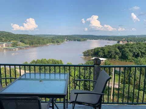 Lakeview Condo with Pools
