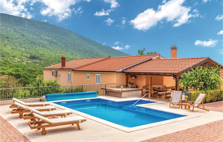 Holiday cottage with 4 bedrooms on 146m² in Slivno