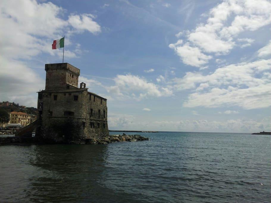 Rapallo e il suo castello del 1200 in riva al mare