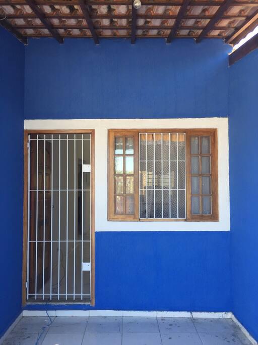 Todas janelas e portão protegidas por grade. Segurança na Blue House.