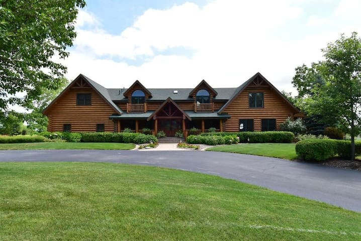 Luxury Log Cabin near Elkhart Lake - Plymouth - Mökki