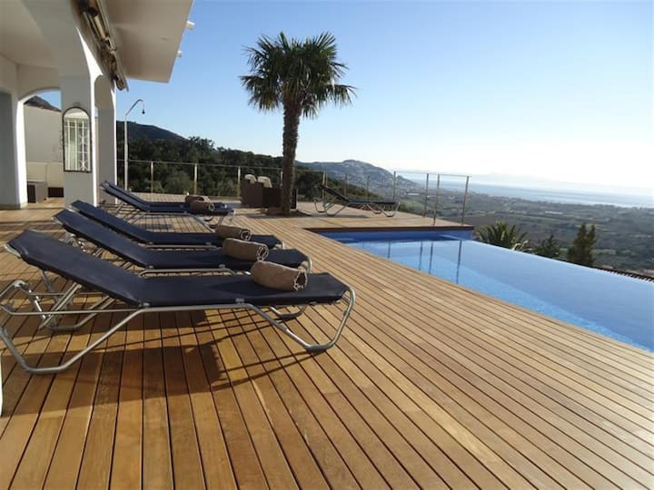 Casa Blanca-Fantastic Villa with  SALT WATER INFINITY POOL and huge deck area!