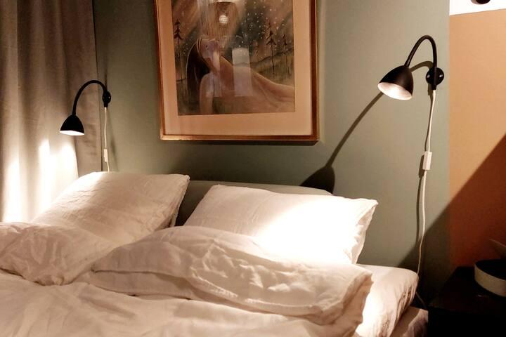 Double bed 140 cm / Dubbelsäng 140 cm bred.
