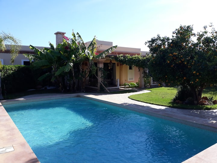 (128) Vaste villa, grande piscine, baignoire