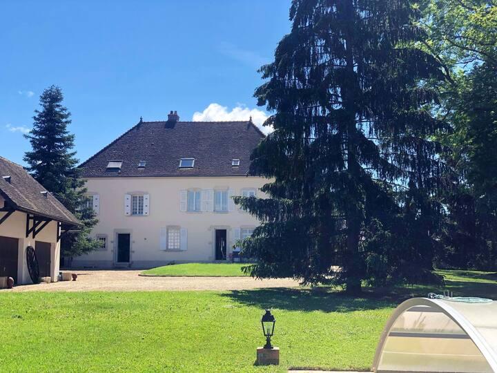 Casa con 2 stanze a Damerey, con accesso alla piscina, giardino recintato e WiFi