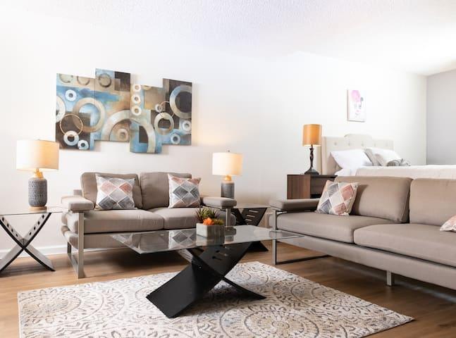 Cozy Hollywood Studio - Fully Furnished