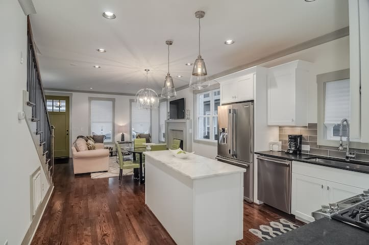Long term rental minutes to downtown!