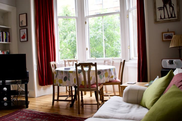Bright and Spacious Stockbridge Flat (sleeps 4)